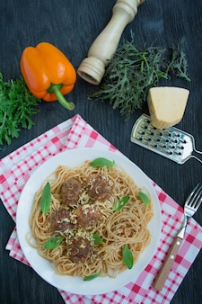 Spaghetti mit fleischbällchen und kräutern. carbonara paste. italienisches essen. flach liegen. platz für text.