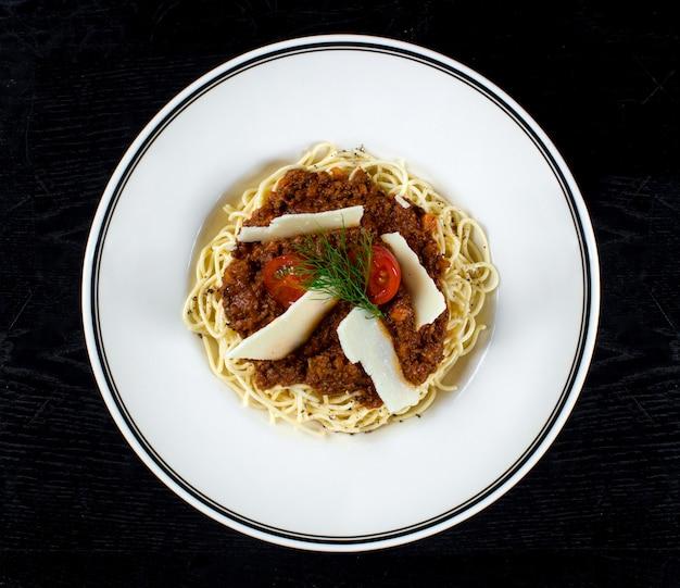 Spaghetti mit fleischsoße und parmesan