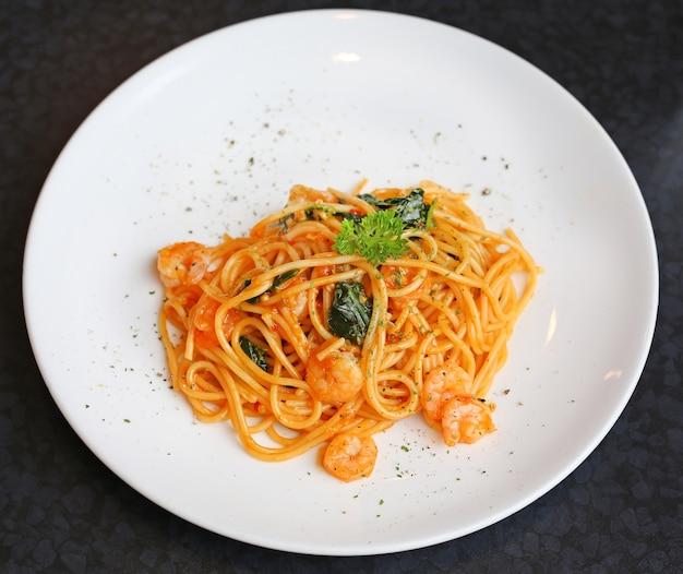 Spaghetti mit garnelen und tomatensauce