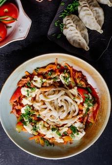Spaghetti mit gegrilltem gemüse und käse.