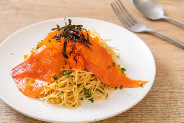 Spaghetti mit geräuchertem lachs und garnelenei