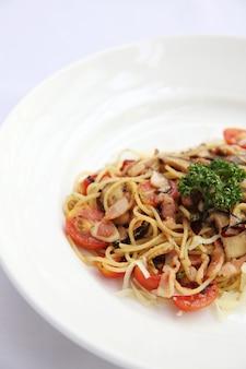 Spaghetti mit getrockneter chili und speck