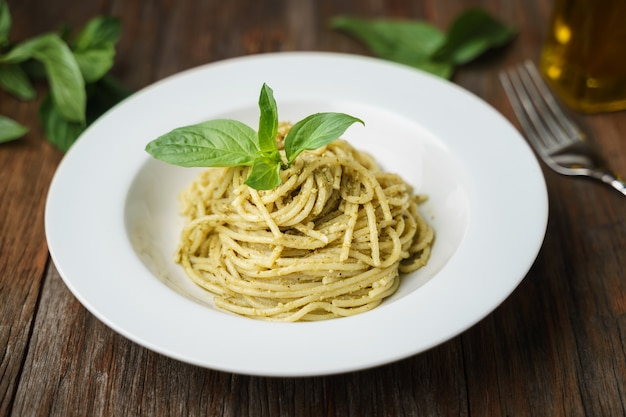 Spaghetti mit italienischer pestosoße im weißen teller