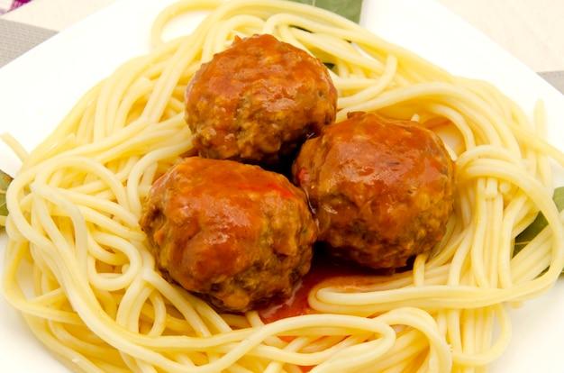Spaghetti mit meeresfrüchten mit fleischbällchen