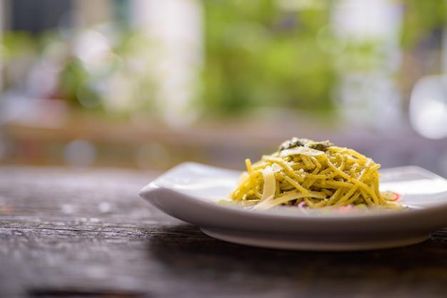 Spaghetti mit pesto-sauce