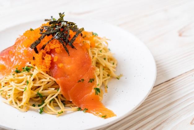 Spaghetti mit räucherlachs und garnelenei