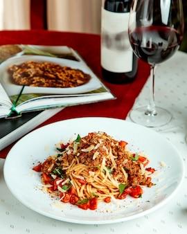 Spaghetti mit rinderhackfleisch-tomaten-minze und käse