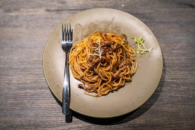Spaghetti mit rindfleisch und schwarzem pfeffer
