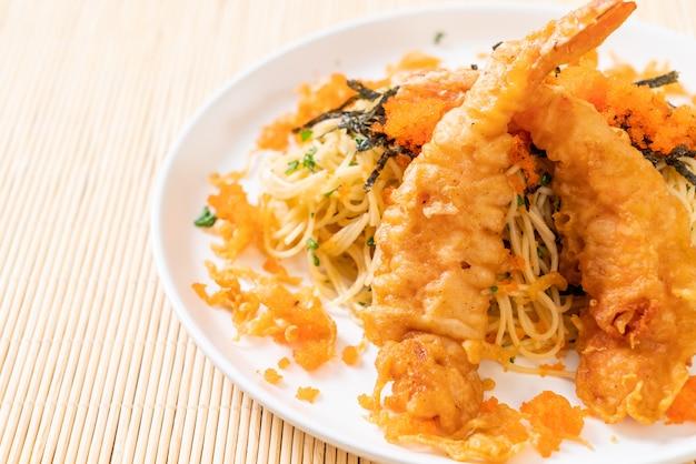 Spaghetti mit tempuragarnelen und garnelenei