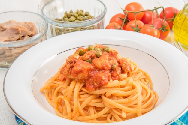 Spaghetti mit thunfischsauce und kapern
