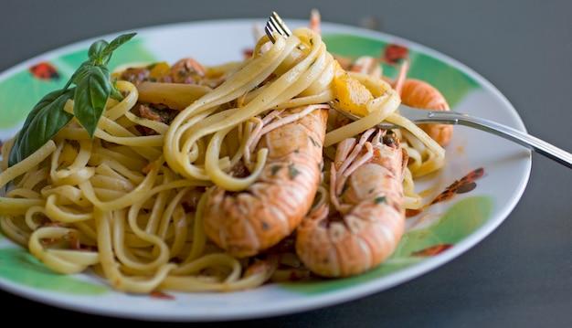 Spaghetti mit tomaten und garnelen