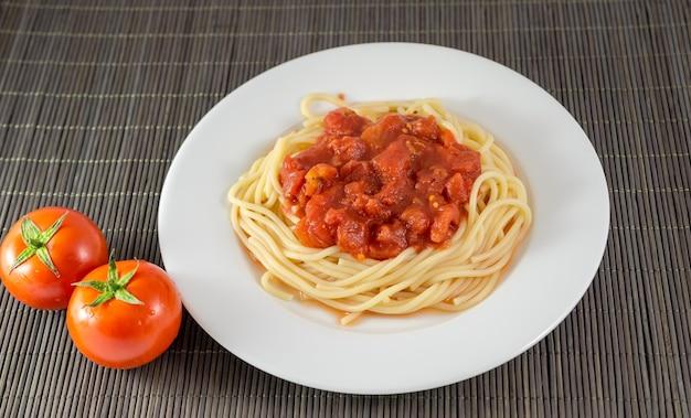 Spaghetti mit tomatensauce, nudeln