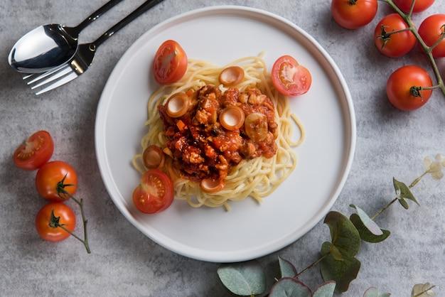 Spaghetti mit tomatensauce und wurst