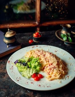 Spaghetti mit truthahn und geriebenem käse darüber
