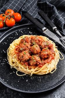 Spaghetti-nudeln mit fleischbällchen und tomatensauce