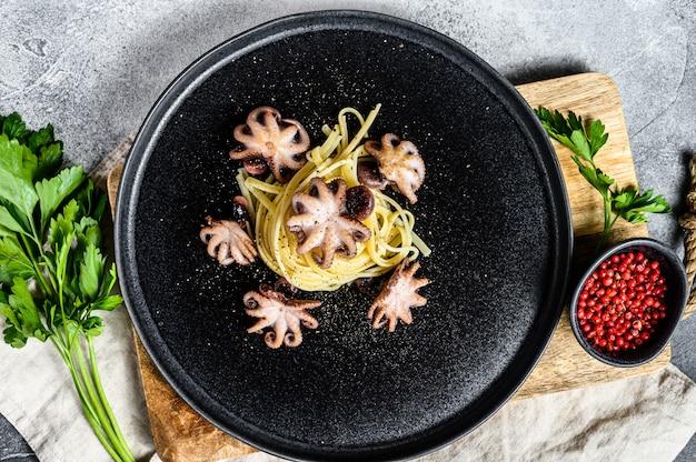 Spaghetti-nudeln mit gegrilltem mini-tintenfisch. draufsicht