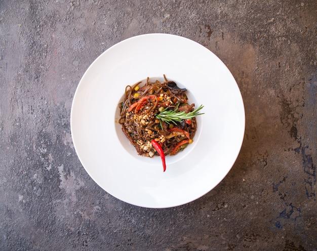 Spaghetti-nudeln mit rotem pfeffer und rosmarin von oben