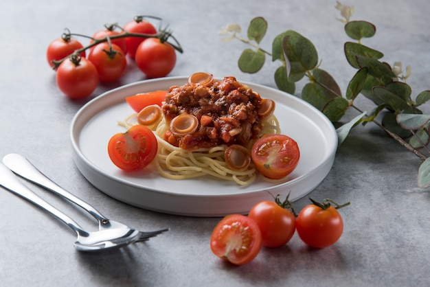 Spaghetti-nudeln mit tomatensauce und wurst