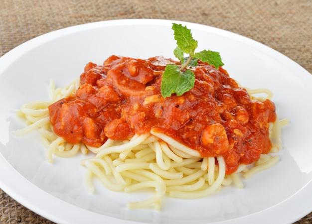 Spaghetti nudeln mit tomatensauce.