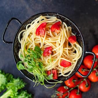 Spaghetti nudeln tomatensalat gemüse makkaroni semola