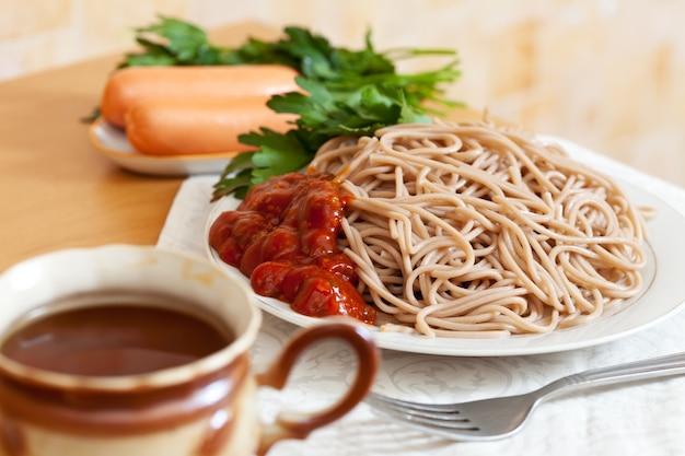 Spaghetti pasta mit catchup und würstchen