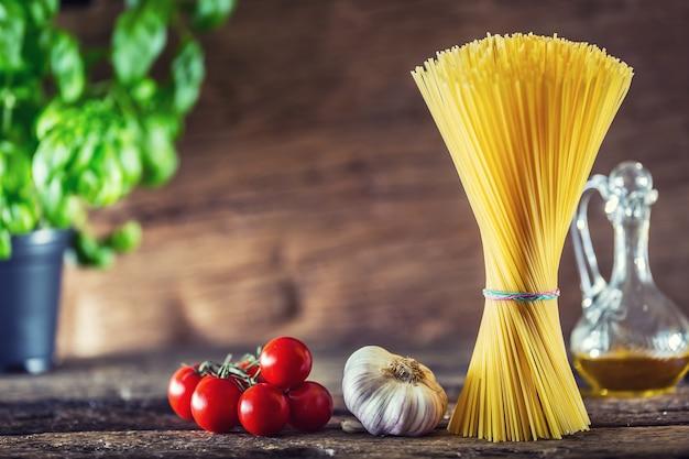 Spaghetti. pasta spaghetti mit basilikum knoblauch tomaten käse parmesan und olivenöl.