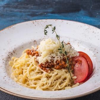 Spaghetti rote sauce. isolationsschlauch bewohner von bolognese in einer platte