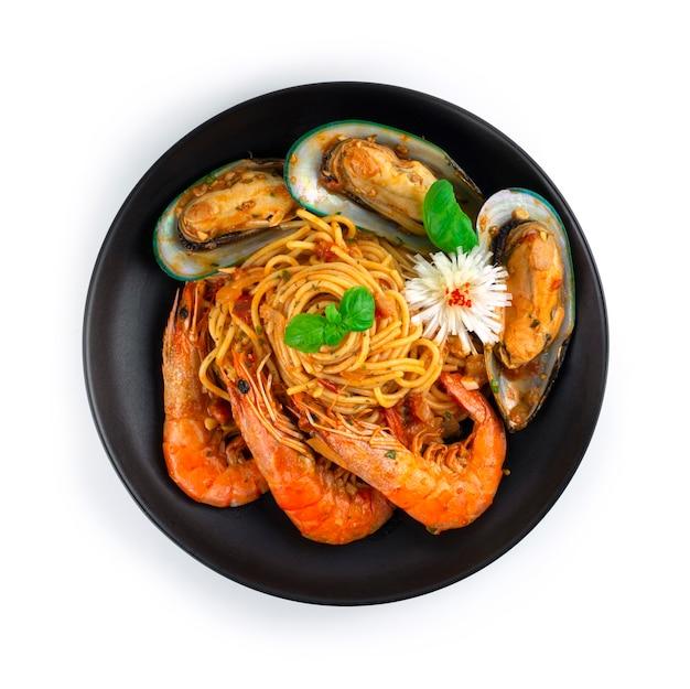 Spaghetti seafood bolognese sauce hausgemachte italienische küche fusion style dekoration mit süßem basilikum und geschnitzter lauchblütenform draufsicht