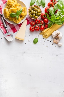 Spaghetti tagliatelle oliven olivenöl tomaten parmesankäse knoblauch pfeffer und basilikumblätter