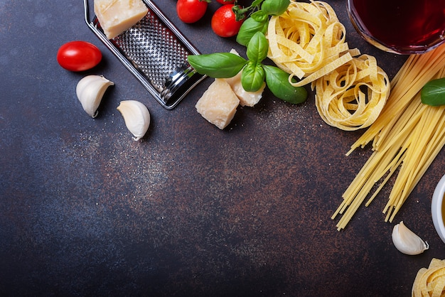 Spaghetti, tagliatelle, tomate, basilikum, käse, knoblauch und wein