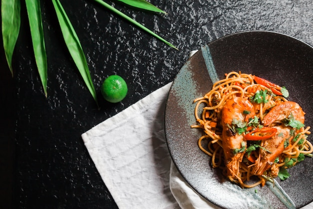 Spaghetti tom yum goong, eine mischung aus italienischem essen. und das beliebteste essen in thailand.