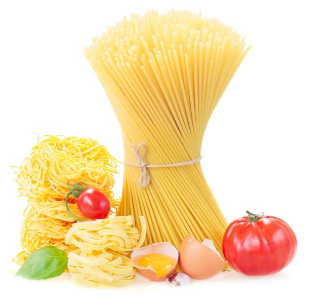 Spaghetti, tonarelli und tagliatelle nudeln mit rohen tomaten und ei auf weiß