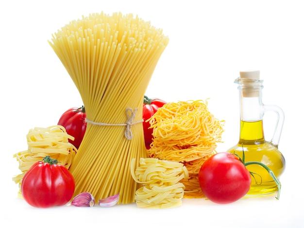 Spaghetti, tonarelli und tagliatelle nudeln mit rohen tomaten und olivenöl auf weiß isoliert