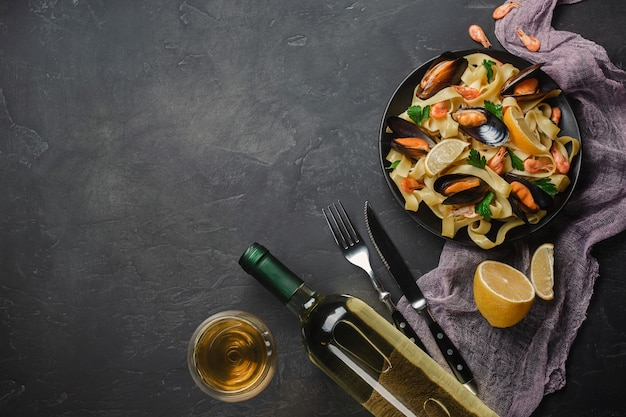 Spaghetti vongole, italienische meeresfrüchteteigwaren mit muscheln und miesmuscheln