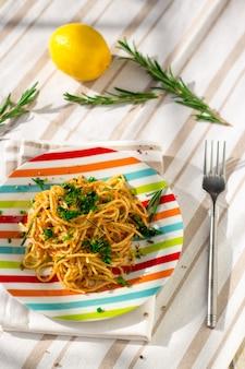 Spaghettinudeln mit brotkrumen, zitrone und kräutern.