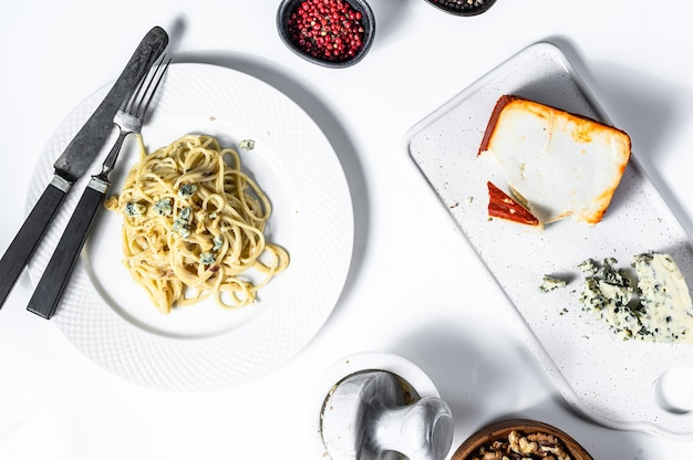 Spaghettipaste mit sahne-blauschimmelkäse-sauce und walnüssen. italienisches hausgemachtes essen. konzept für ein leckeres, vegetarisches gericht