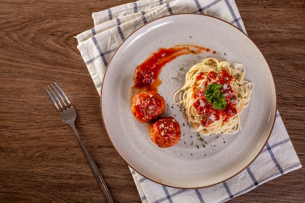 Spaghettiteigwaren mit fleischklöschen und tomatensauce.