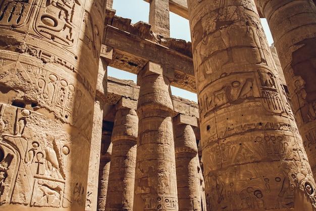 Spalten mit hieroglyphen im karnak-tempel in luxor, ägypten. reisen.