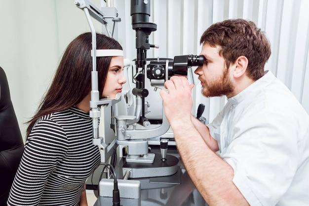 Spaltlampenuntersuchung. biomikroskopie des vorderen augensegments. grundlegende augenuntersuchung.
