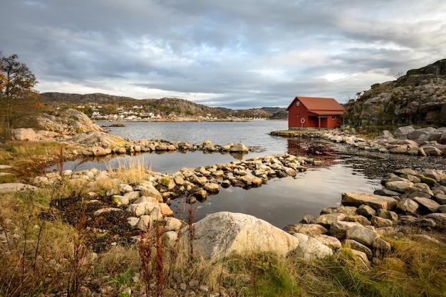 Spangereid, norwegen, oktober 2019: bootshaus am fjord