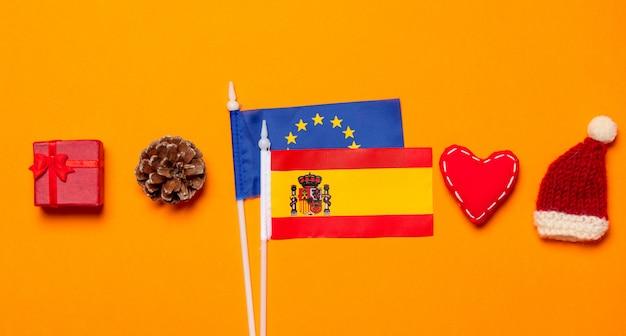 Spanien und europa union flaggen mit weihnachtsgeschenken