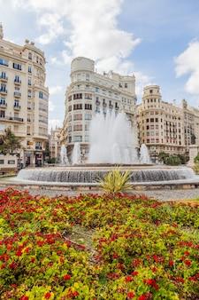 Spanien, valencia. panorama der plaza de ayuntamiento