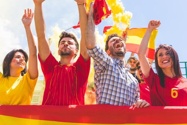 Spanische anhänger, die klatschenden händen am stadion zujubeln