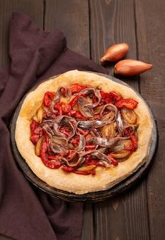 Spanische koka mit zwiebeln, paprika und sardellen
