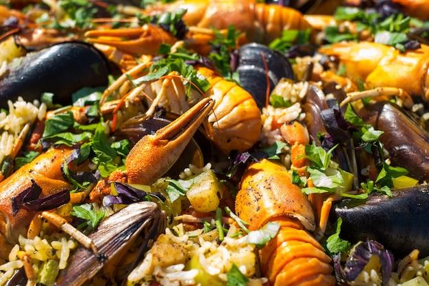 Spanische meeresfrüchte-paella mit garnelen-miesmuscheln und panzerkrebsen
