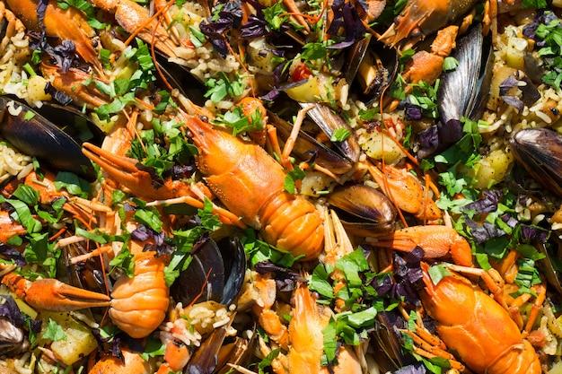 Spanische meeresfrüchte-paella mit garnelenmiesmuscheln und rochen