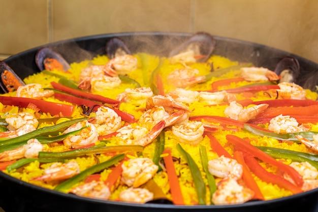 Spanische meeresfrüchte-paella mit muscheln.