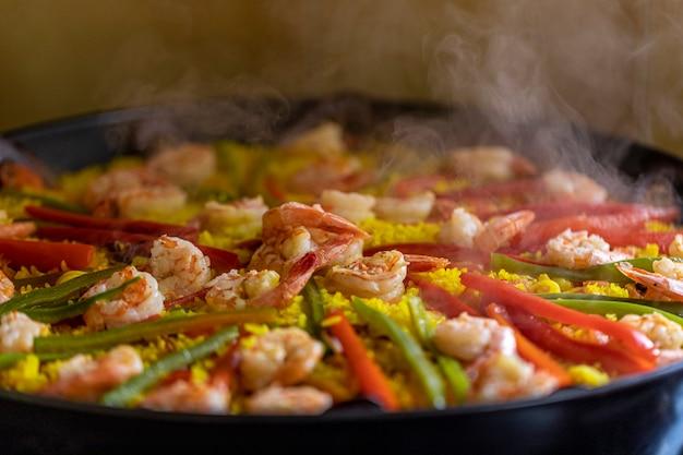Spanische meeresfrüchte-paella mit muscheln