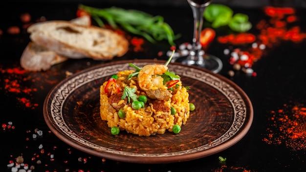 Spanische paella mit meeresfrüchten und garnelen.