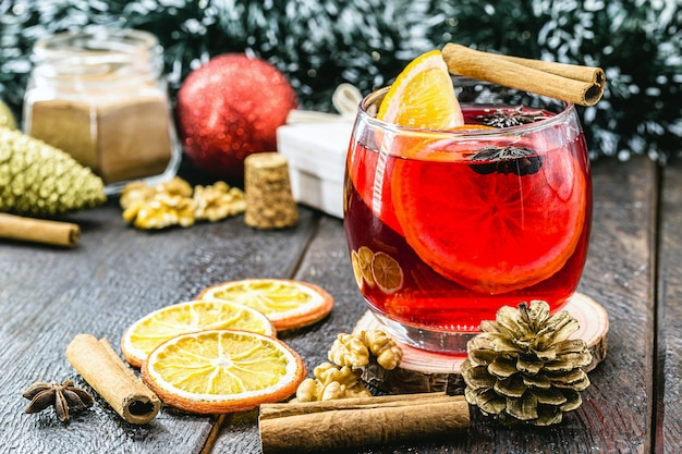 Spanische sangria, heißes wintergetränk, serviert zu weihnachten und neujahr new